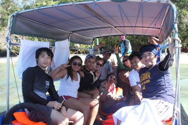Para Koboy berani tepos duduk 13 jam pp waisai-wayag, cengar cengir blom kena badai gelombang! :D